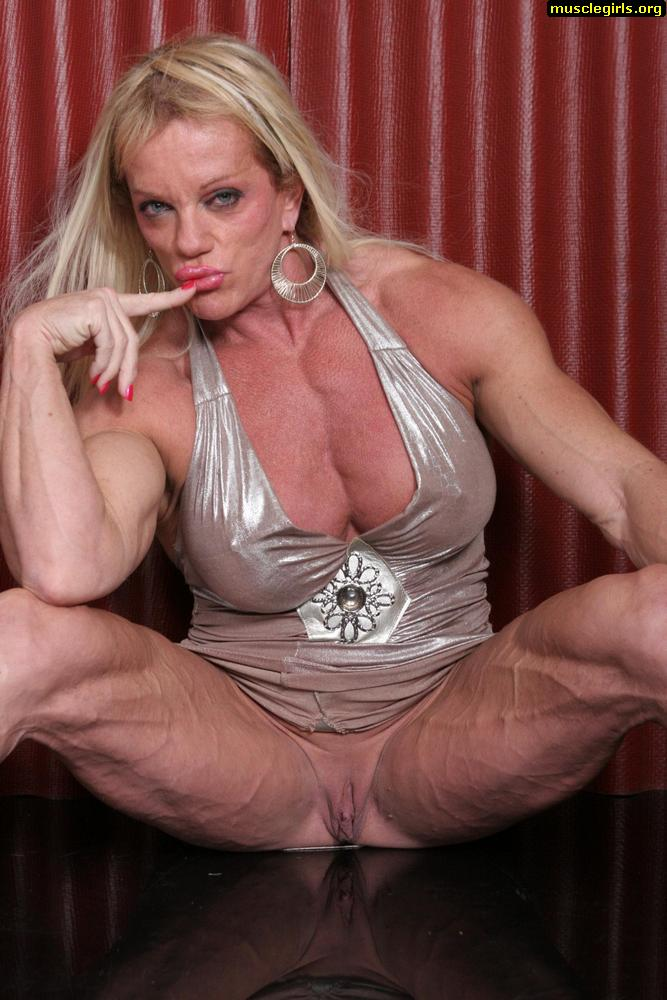Hardcore female bodybuilder spreading legs
